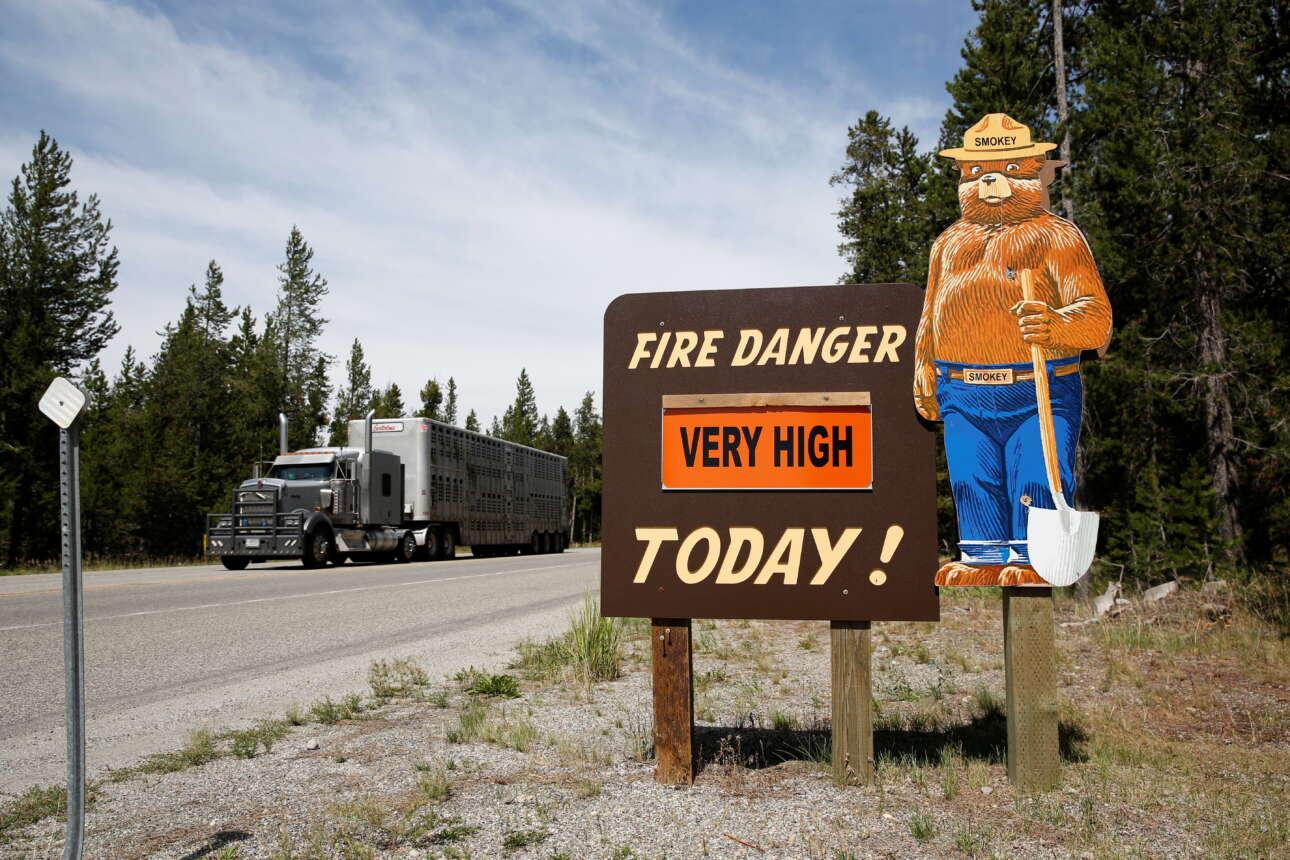Πινακίδα της δασικής υπηρεσίας προειδοποιεί για τον κίνδυνο πυρκαγιάς τους διερχόμενους οδηγούς από τον αυτοκινητόδρομο 191 στο Δυτικό Γέλοουστοουν της Μοντάνα