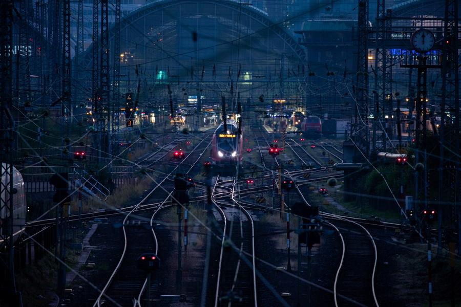 Οι άδειες σιδηροδρομικές γραμμές κατά τη διάρκεια απεργίας της Ένωσης Γερμανών Μηχανοδηγών στη Φρανκφούρτη