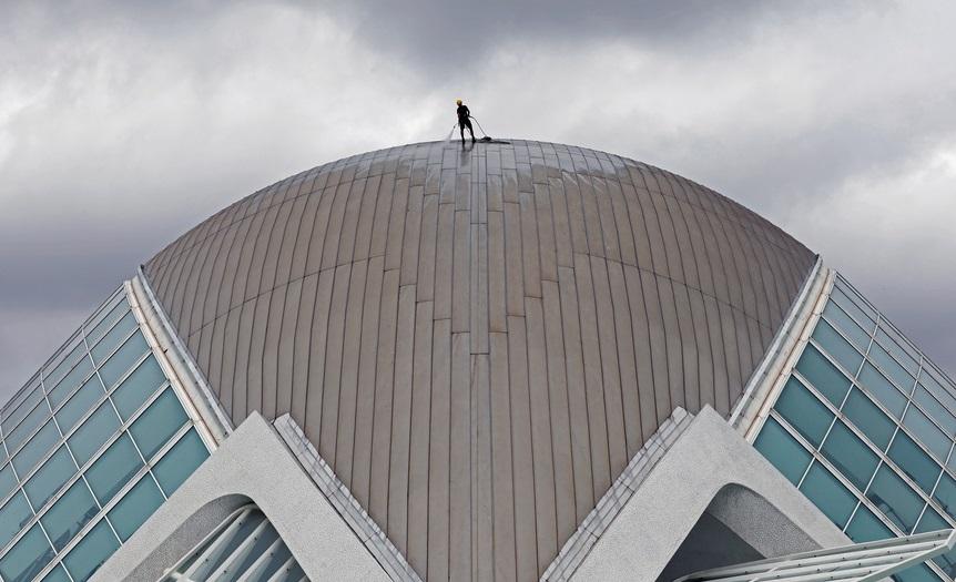 Εργάτης καθαρισμού δουλεύει στον θόλο του «Ημισφαιρικού Πλανηταρίου» της Βαλένθια, στο συγκρότημα που ονομάζεται «Πόλη των Τεχνών και των Επιστημών». Πρόκειται για άλλο ένα έργο του γνωστού Σαντιάγκο Καλατράβα
