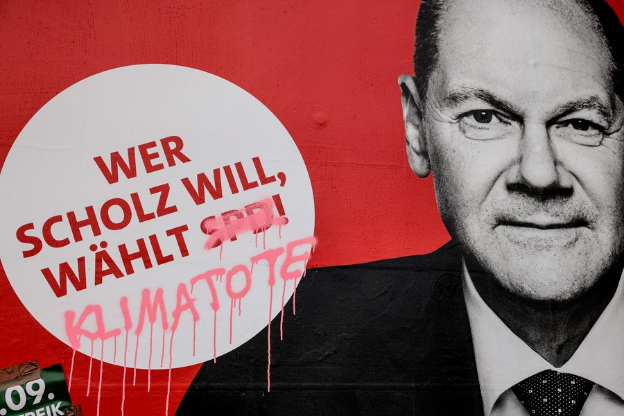 Το κόκκινο πόστερ των Σοσιαλδημοκρατών, με τον υποψήφιο καγκελάριο επιμελώς αξύριστο και με το σύνθημα «Οποιος θέλει τον Σολτς, επιλέγει SPD», δέχθηκε την επίθεση του ροζ σπρέι: το αρκτικόλεξο του γερμανικού κόμματος αντικαταστάθηκε από τη φράση «κλιματικός θάνατος»