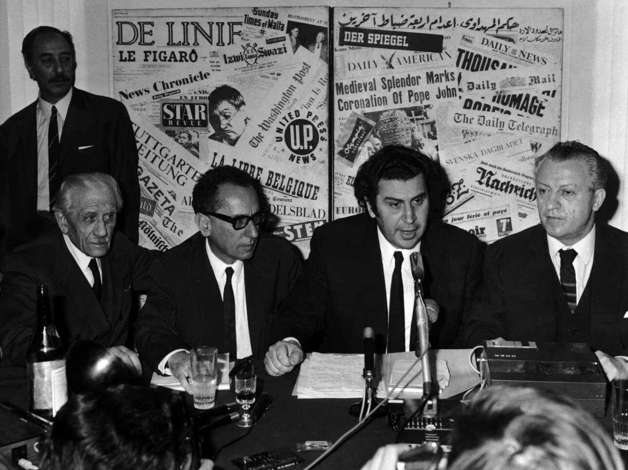 Το 1970 στη Ρώμη - δίνει συνέντευξη Τύπου στο πλαίσιο του αγώνα του κατά της χούντας