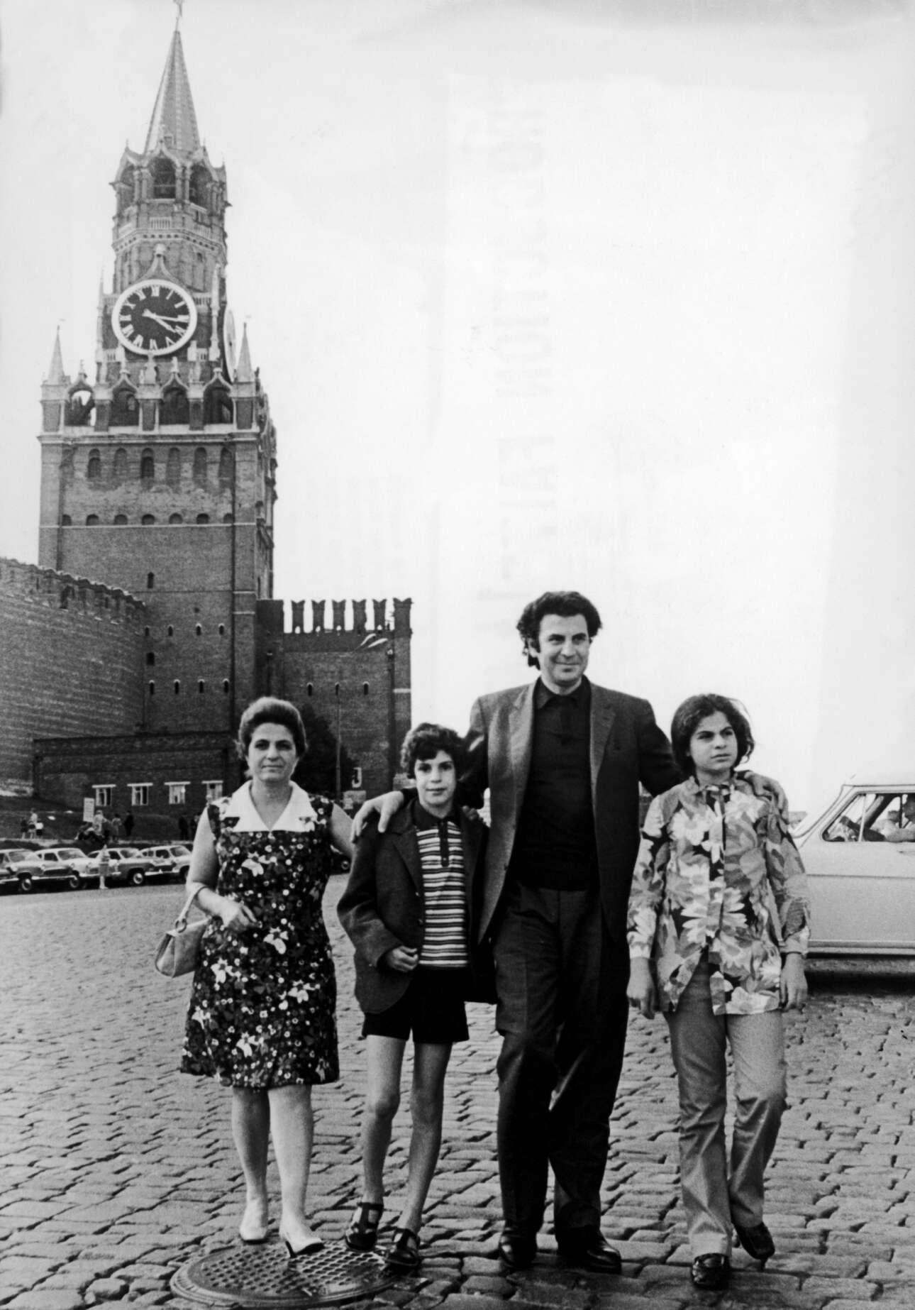 Με την οικογένειά του, τη Μυρτώ, τον Γιώργο και τη Μαργαρίτα, στην Κόκκινη Πλατεία στη Μόσχα στις αρχές της δεκαετίας του '70
