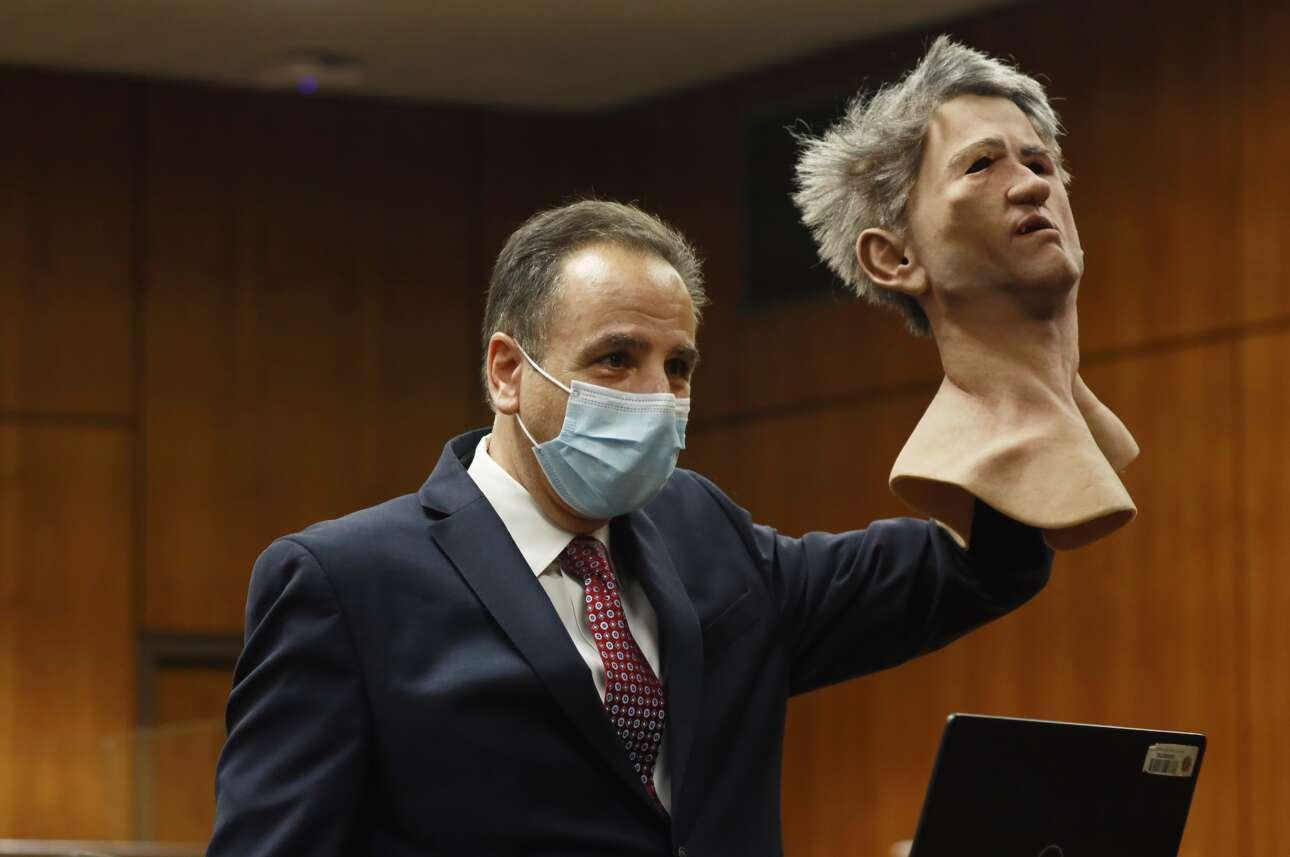 Πειστήριο εγκλήματος: ο δημόσιος κατήγορος επιδεικνύει μάσκα που φορούσε δράστης στυγερής δολοφονίας την οποία, κατά το κατηγορητήριο, διέπραξε την περίοδο των Χριστουγέννων του 2000 στο Λος Αντζελες. Ο κατηγορούμενος Ρόμπερτ Νταρστ σήμερα είναι 78 χρόνων και κινητικά ανάπηρος