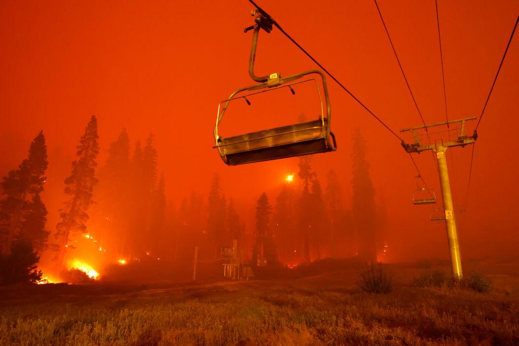 Μια απόκοσμη εικόνα: το τελεφερίκ του χιονοδρομικού κέντρου κοντά στην Τάχο μέσα σε ένα φλεγόμενο δάσος