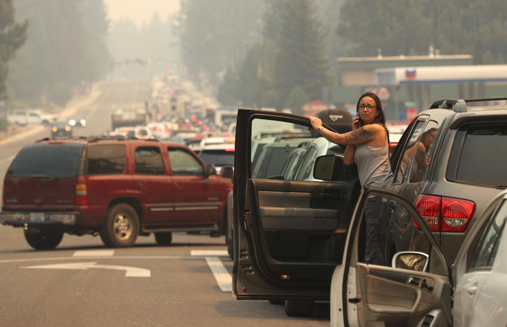 Ο Αυτοκινητόδρομος 50 γεμάτος από τα αυτοκίνητα όσων προσπαθούν να διαφύγουν από τα μέτωπα