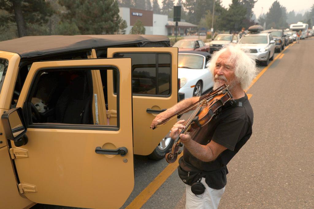 Ο Μελ Σμόδερς εγκατέλειψε την κατοικία του και τώρα παίζει το βιολί του περιμένοντας στον αυτοκινητόδρομο μαζί με άλλους