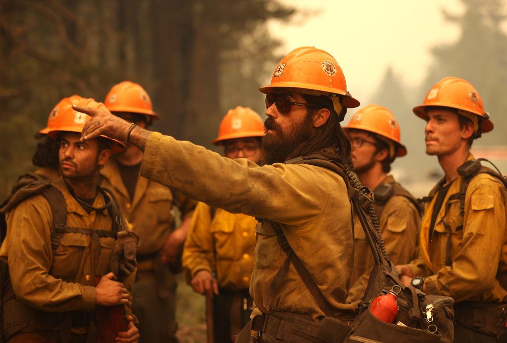 Πυροσβέστες ετοιμάζονται να μπουν στο μέτωπο της πυρκαγιάς Κάλντορ