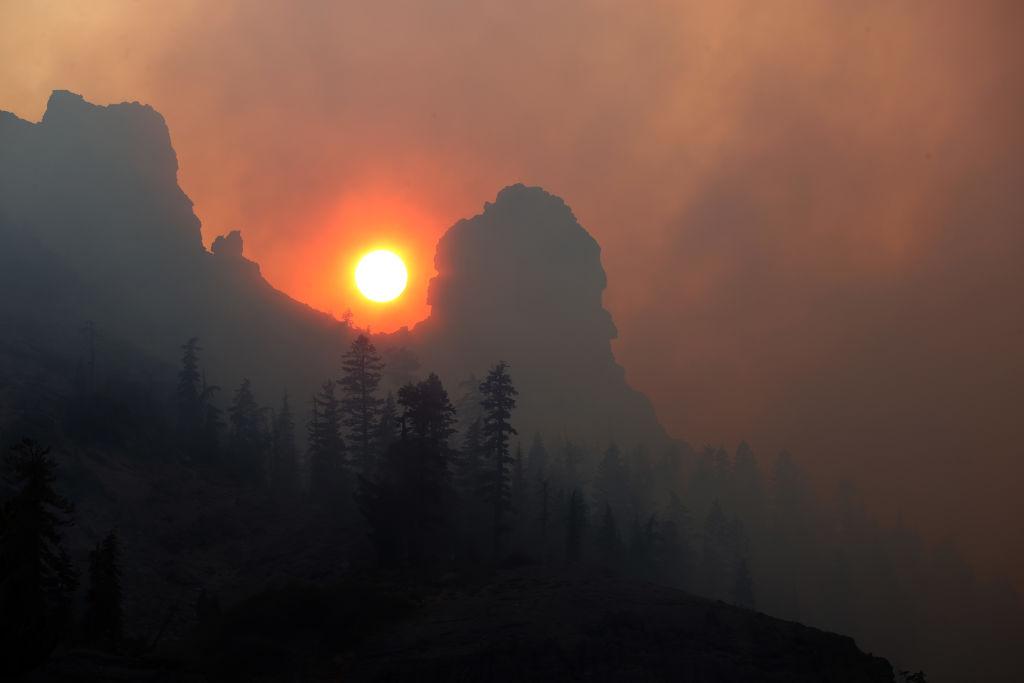 Ενας ήλιος που έχει χάσει το φως του από τους καπνούς