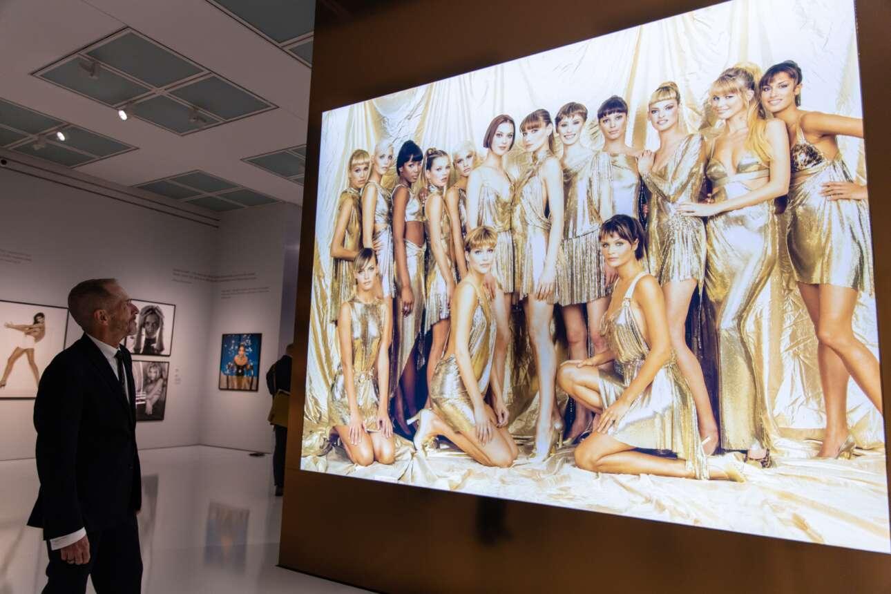 Στο Ντίσελντορφ η Κλόντια Σίφερ παρουσιάζει, ως επιμελήτρια, έκθεση φωτογραφιών σχετικών με τη μόδα της δεκαετίας του '90. Εδώ ο φωτογράφος Νταγκ Ορντγουεϊ παρατηρεί ένα δικό του καρέ και μοιάζει να αναπολεί τις… χρυσές εποχές – όχι μόνο των φορεμάτων, βέβαια