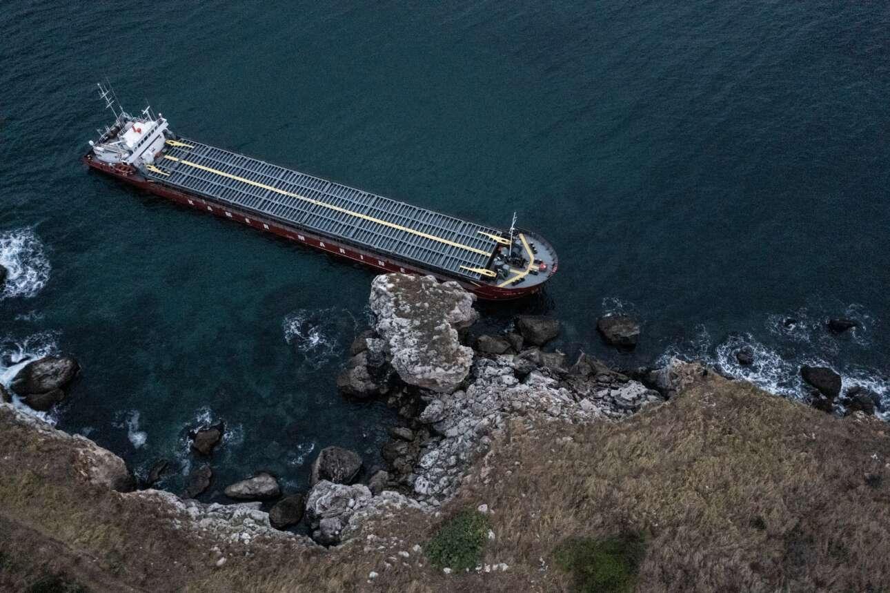 O Εύξεινος Πόντος κατάφερε να μη γίνει ακόμη πιο Μαύρη Θάλασσα, αφού το εικονιζόμενο φορτηγό που εξόκειλε στις ακτές τελικά κράτησε στις δεξαμενές του και τους 20 τόνους του πετρελαίου του. Οι ναυτικοί σώοι, και αναμένεται η επιχείρηση αποκόλλησής του από τα βράχια
