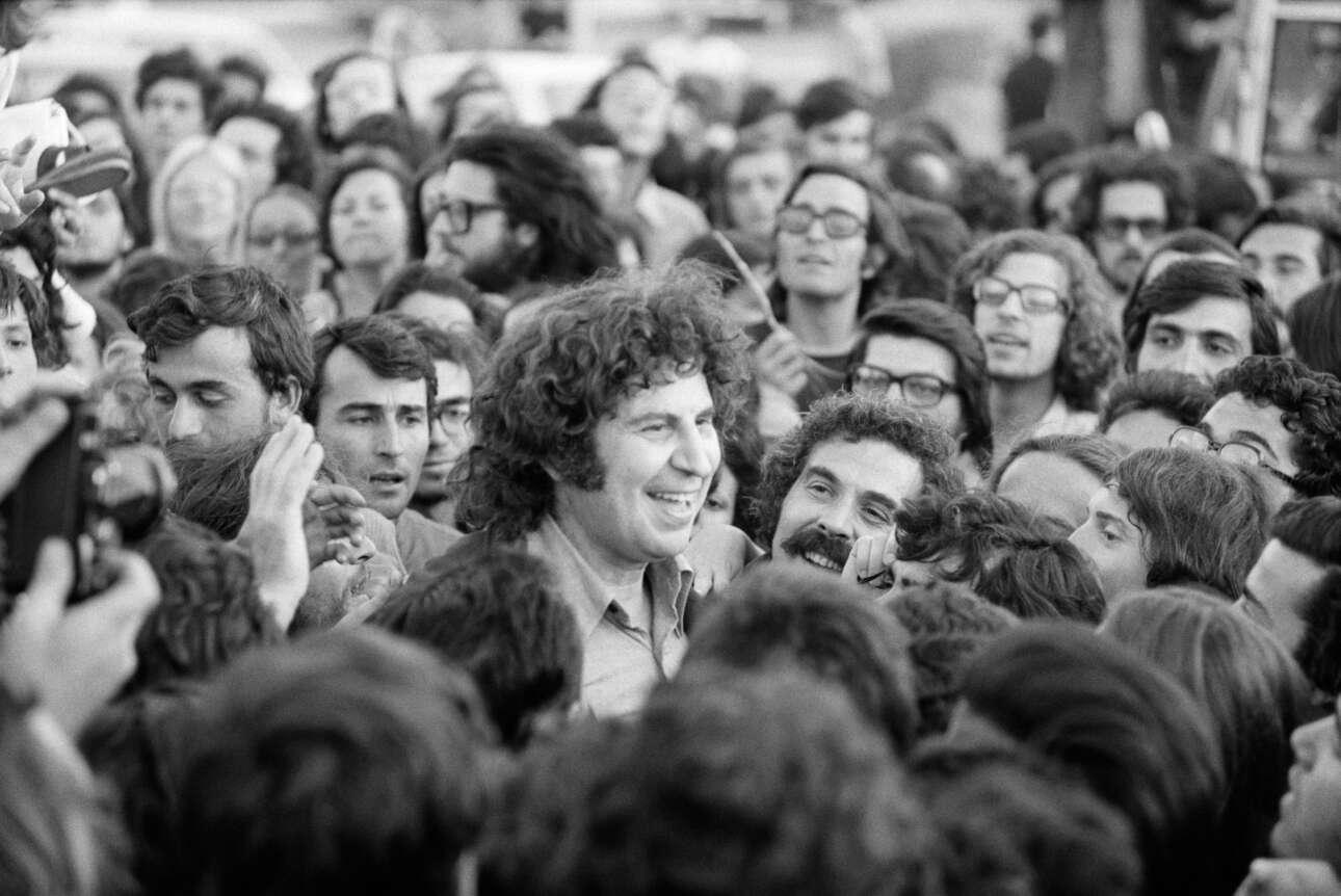 Ιούλιος 1974, ο Μίκης Θεοδωράκης επιστρέφει στην Αθήνα ύστερα από χρόνια εξορίας