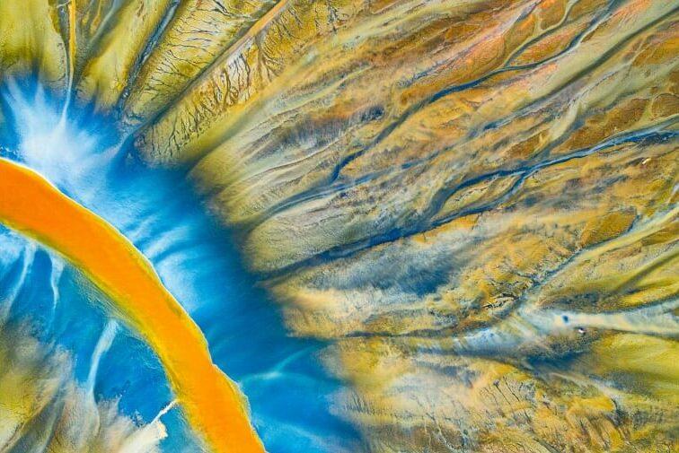 O ρουμάνος φωτογράφος Γκεόργκε Πόπα τράβηξε αυτή την εικόνα σε μια περιοχή στα όρη Apuseni της Τρανσυλβανίας η οποία έχει μετατραπεί σε ένα εντυπωσιακό πολύχρωμο σκηνικό. Μόνο που όλο αυτό το περιβάλλον είναι προϊόν τοξικών αποβλήτων από γειτονικό ορυχείο.