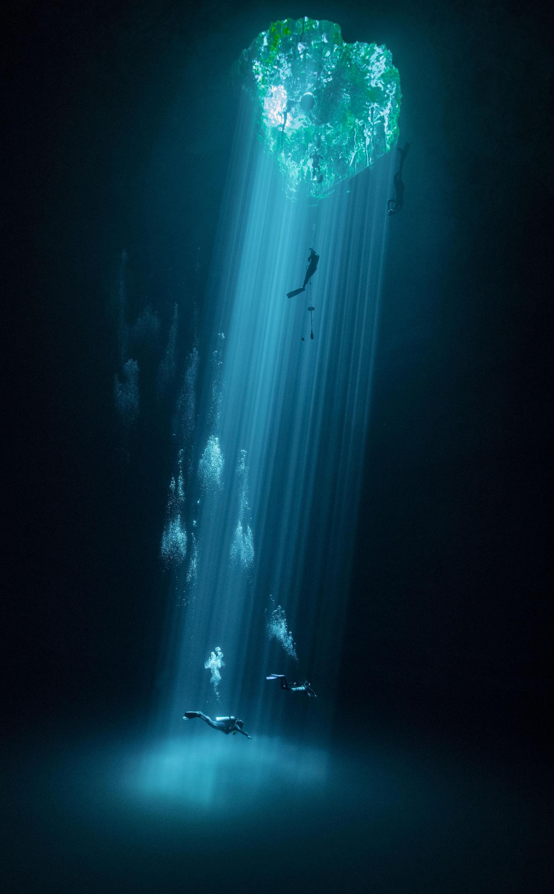 Το δεύτερο βραβείο για την κατηγορία Νερό πήγε στον Χόραμ Μένες από το Μεξικό για τη φωτογραφία του με κολυμβητές και δύτες σε μια από τις υπόγειες λίμνες (γνωστές ως Cenotes) του Γιουκατάν
