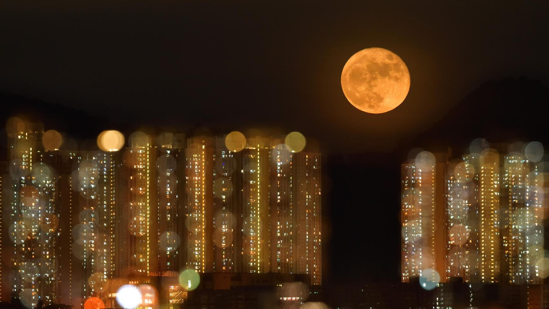 Ο Κιμ Παν και ο Ντένις Γουόνγκ κέρδισαν την τιμητική διάκριση στην κατηγορία Τοπίο για αυτή τη φωτογραφία που τραβήχτηκε στην περιοχή Χονγκ Χομ του Χονγκ Κονγκ τον Αύγουστο. Η ανερχόμενη πανσέληνος φωτογραφήθηκε με διπλή έκθεση