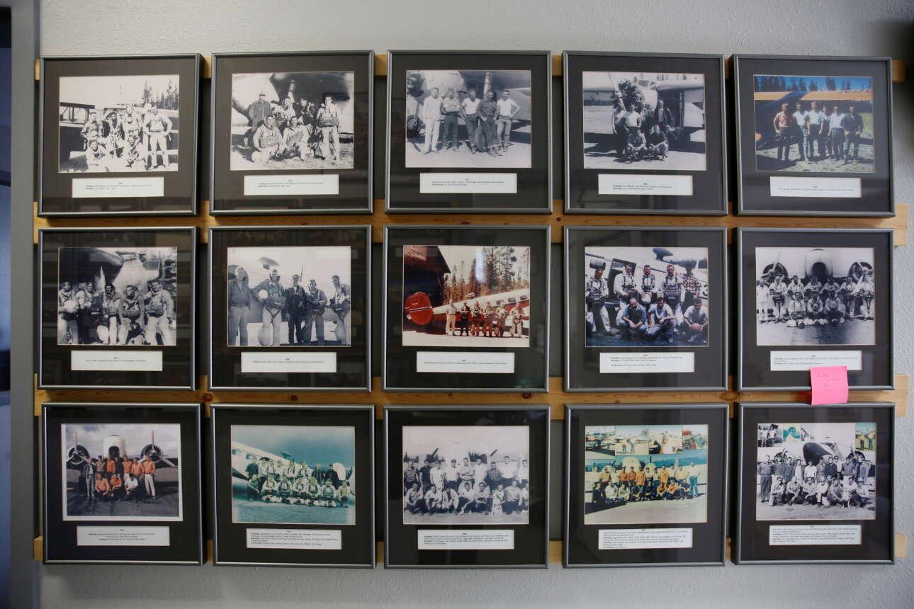 Αναμνηστικές φωτογραφίες με παλαιότερες ομάδας από «Smokejumpers». Τα μέλη της ομάδας περνούν από δύσκολη εκπαίδευση πριν πέσουν με αλεξίπτωτο στην πρώτη τους πυρκαγιά