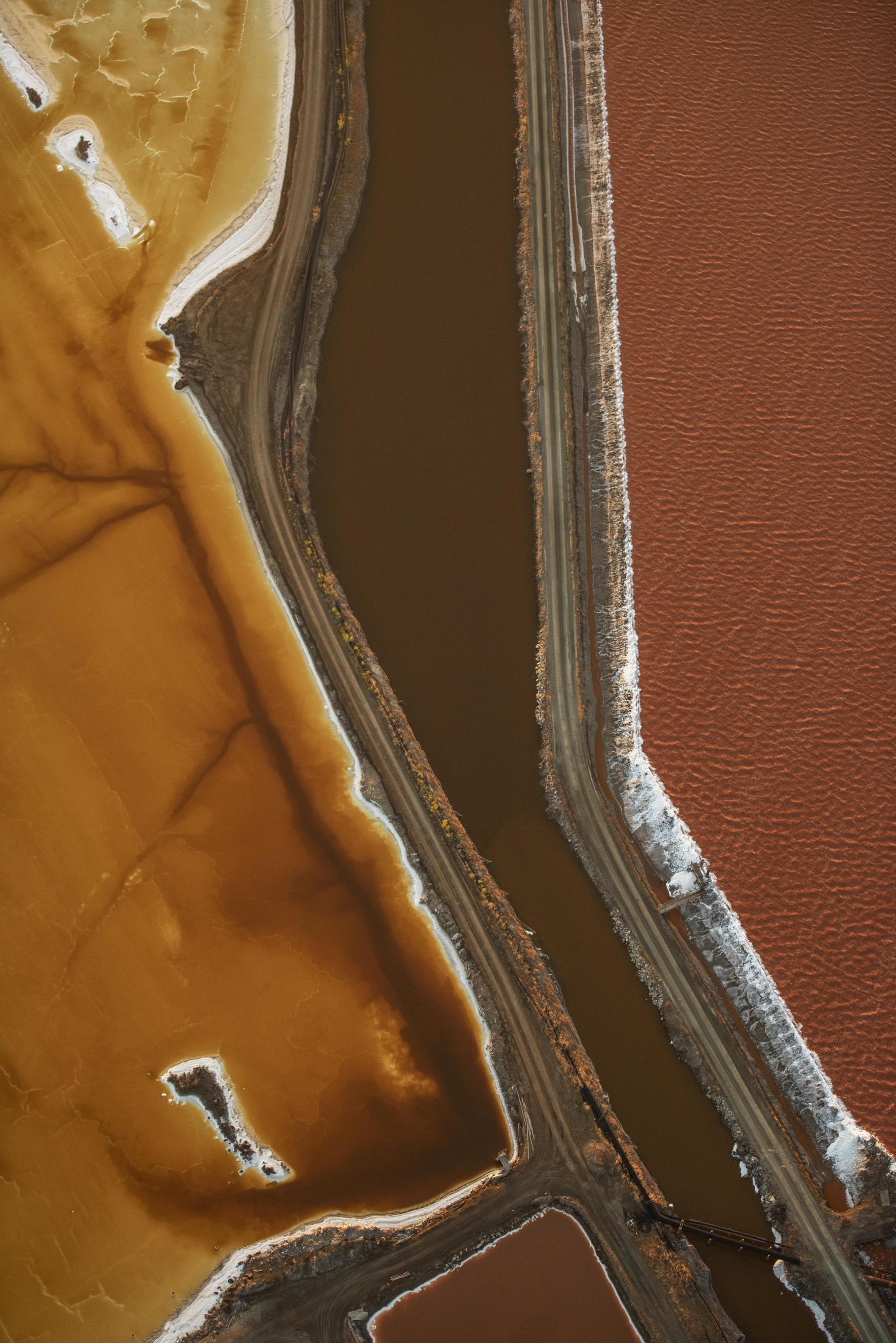 Την τρίτη θέση στην κατηγορία τοπίου πήρε ο Τζάσεν Τόντοροφ. «Αν έχετε πετάξει στο Διεθνές Αεροδρόμιο του Σαν Φρανσίσκο, μπορεί να έχετε δει αυτές τις πολύχρωμες λιμνοθάλασσες πάνω από τον κόλπο. Τα έχω φωτογραφίσει πολλές φορές, καθώς τα χρώματα και τα σχέδια αλλάζουν συνεχώς χάρη στους μικροοργανισμούς και την αλατότητα», εξήγησε ο αμερικανός φωτογράφος και πιλότος