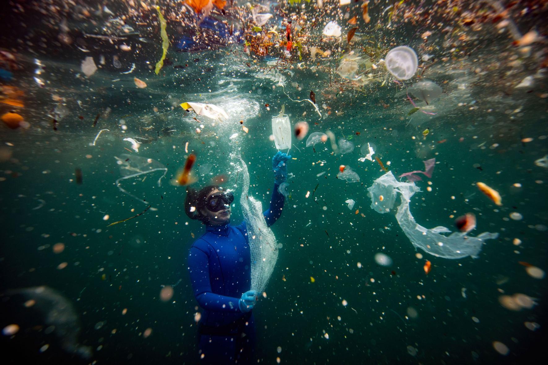 Την τρίτη θέση στην κατηγορία Ανθρωποι και Φύση κατέκτησε ο Τούρκος Sebnem Coskun, η φωτογραφία του οποίου δείχνει τον κίνδυνο για την υποβρύχια ζωή από τα απόβλητα. Σύμφωνα με μια έκθεση του Παγκόσμιου Ταμείου για την Αγρια Ζωή, κάθε λεπτό αναμιγνύονται στη Μεσόγειο πλαστικά απορρίμματα ισοδύναμα με 33.880 πλαστικά μπουκάλια
