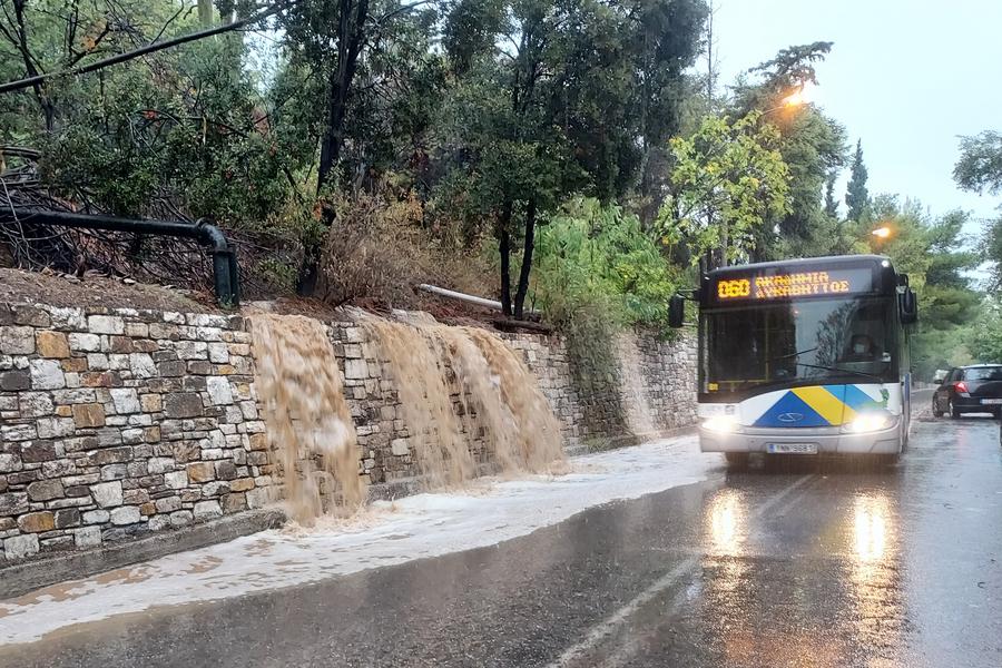 Νερά ξεχειλίζουν από τον Λυκαβηττό - σε άλλο σημείο του περιφερειακού σημειώθηκαν και κατολισθήσεις